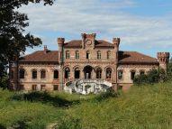 1024px-Marene-castello_neogotico1